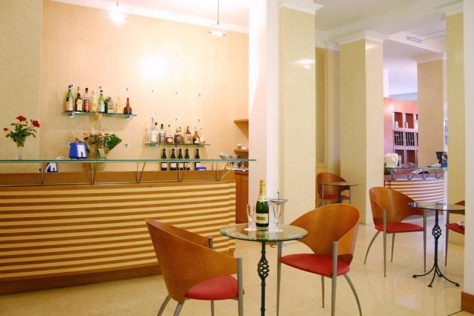 Bar privato Hotel con tavoli e sedie