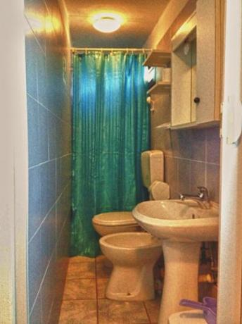 Bagno del bungalow con doccia