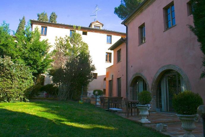 Borgo con appartamenti e camere in Toscana