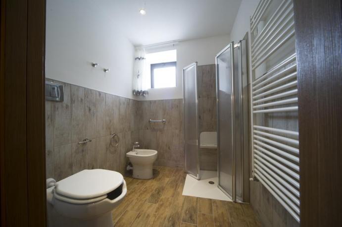 Bagno con box-doccia asciugamani appartamenti-vacanze economici Bardonecchia