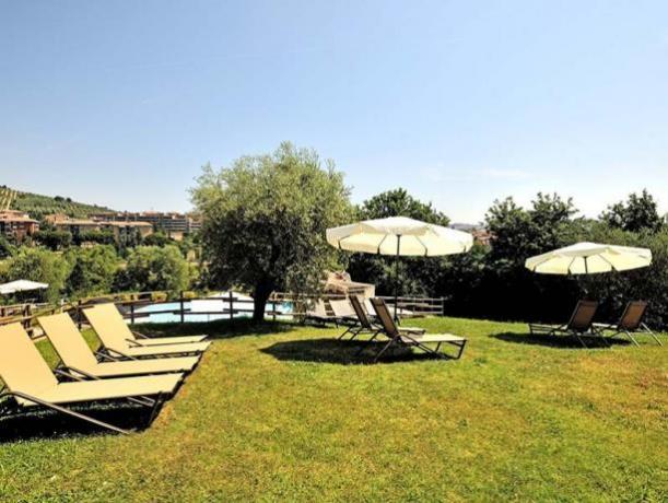 zona relax con Sdraio in piscina