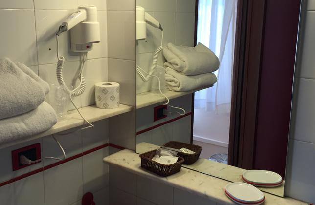 Camere con bagno privato in Hotel Aprilia