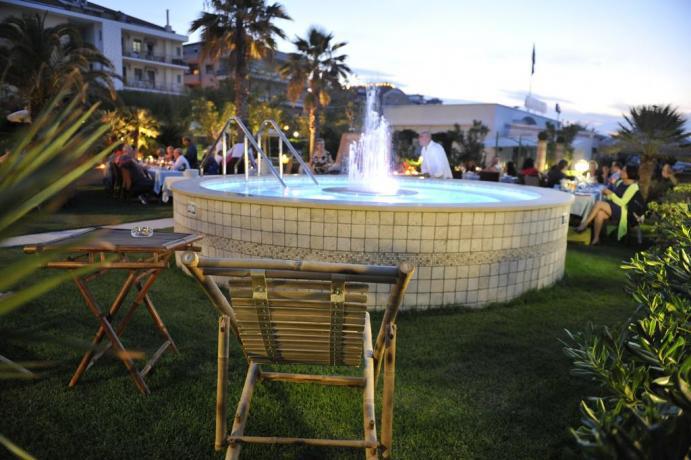 Hotel*** in Abruzzo, giardino fronte spiaggia con Jakuzi