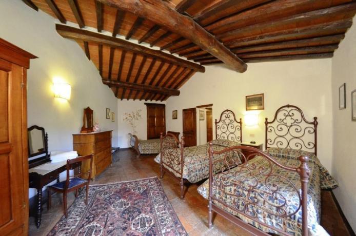 camera con mobili d'epoca a Cortona