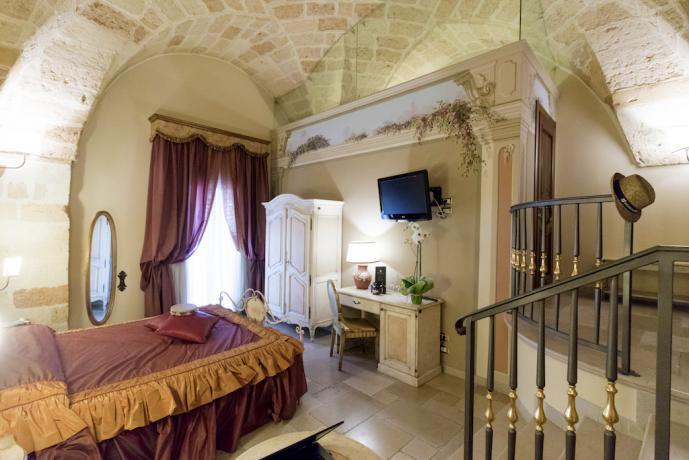 Visuale elegante camera in hotel romantico 4 stelle