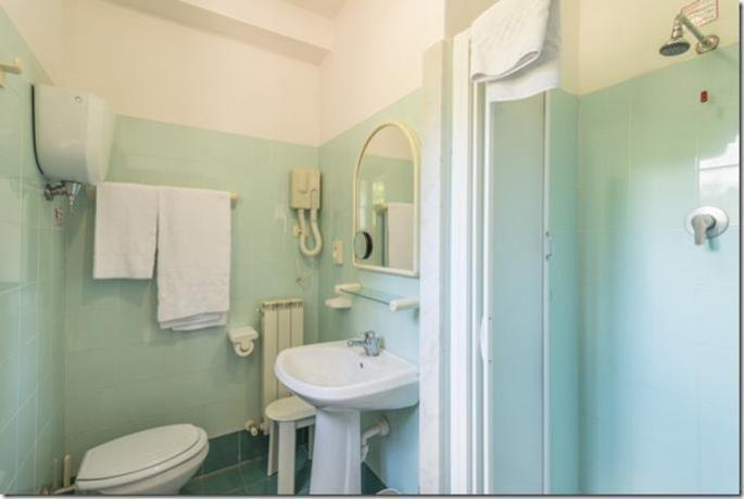 Hotel Lago Trasimeno con ampio bagno con doccia