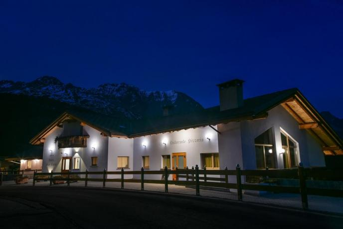 Esterno notturno dell'Hotel Ristorante vicino Bormio