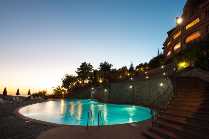 Resort con piscina al tramonto