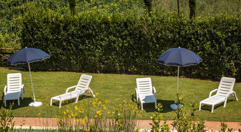 Solarium in giardino a bordo piscina