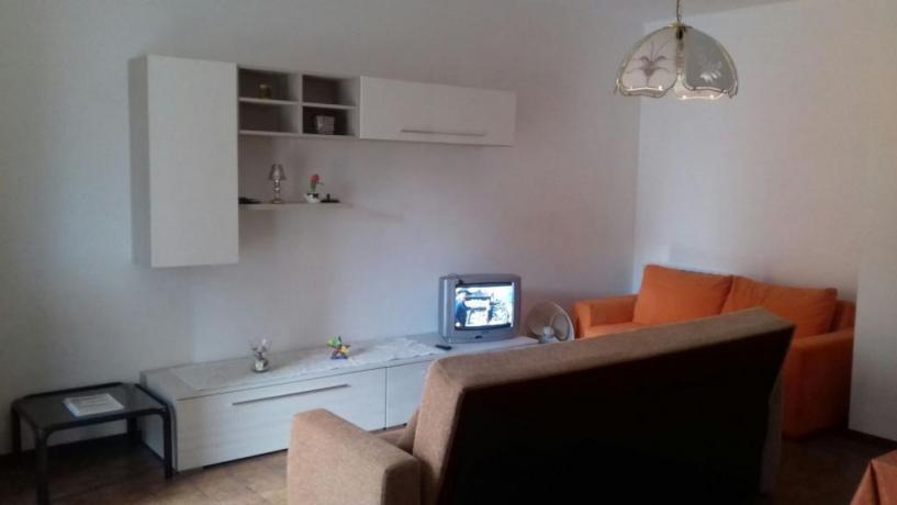 Salone dell'appartamento con divano letto Matrimoniale