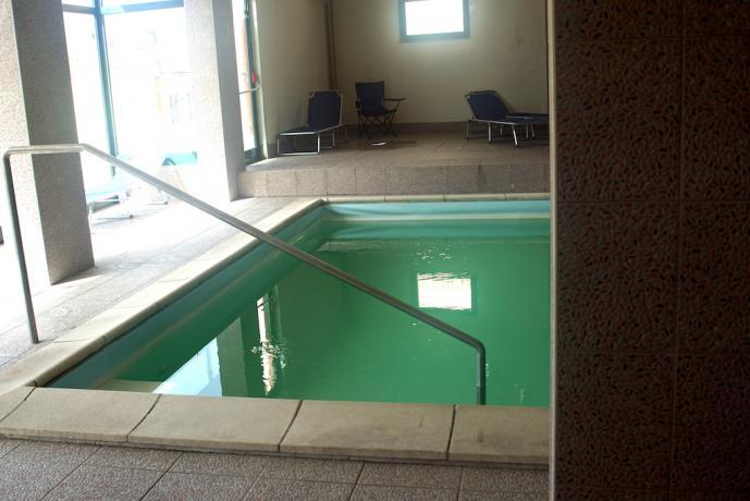 Piscina riscaldata in hotel con centro sportivo
