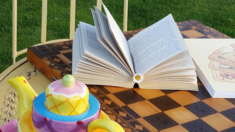 Pausa lettura nel giardino dell'agriturismo vicino Terni