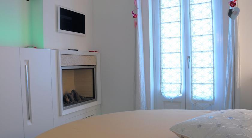 Suite moderna con tv e camino