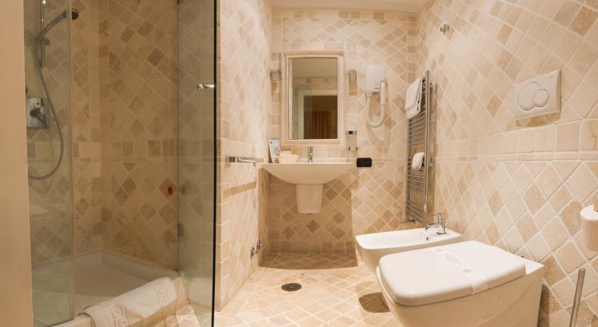 Elegante bagno privato con doccia