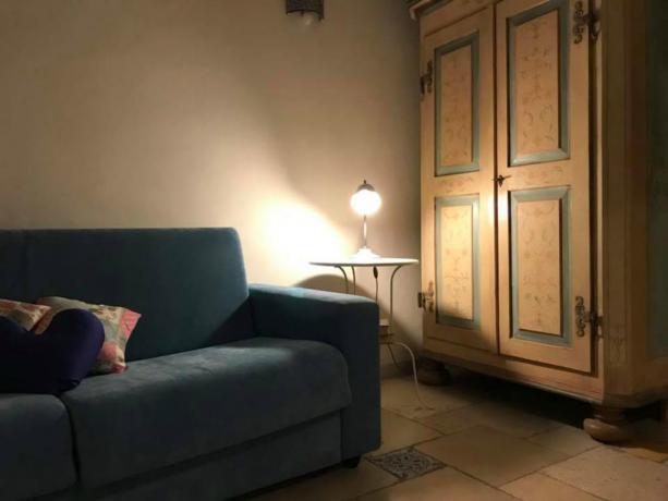 Soggiorno appartamenti B&B con divano a Polignano