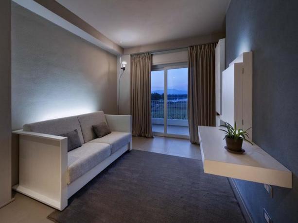 Camera moderna con divano letto vista mare Latina