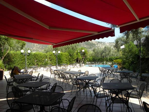 Spazio esterno per relax albergo a Mattinata