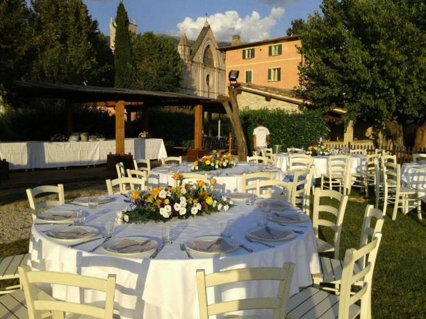 Ristorante allestito a bordo piscina sotto Assisi