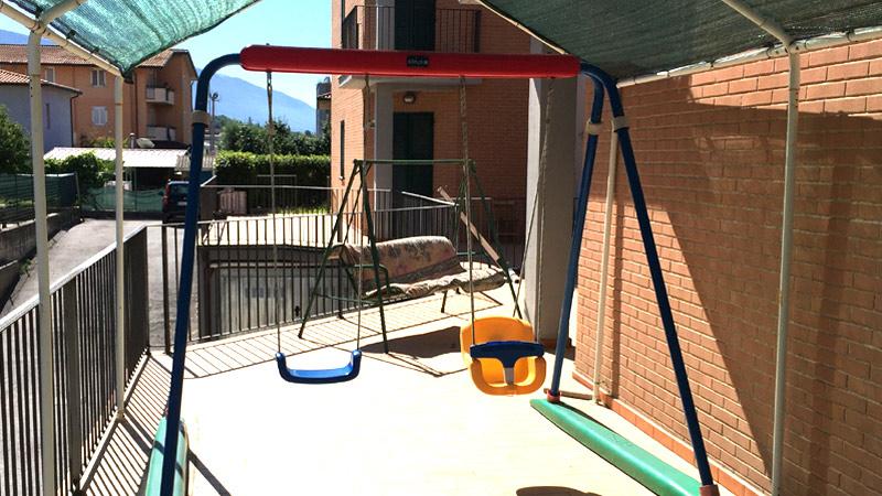 Appartamento-vacanza Assisi recinzione e giochi-bambino