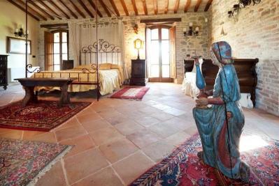 Stanze con mobili d'epoca e opere d'arte