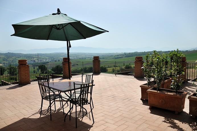 Terrazza Panoramica dell'Agriturismo con piscina