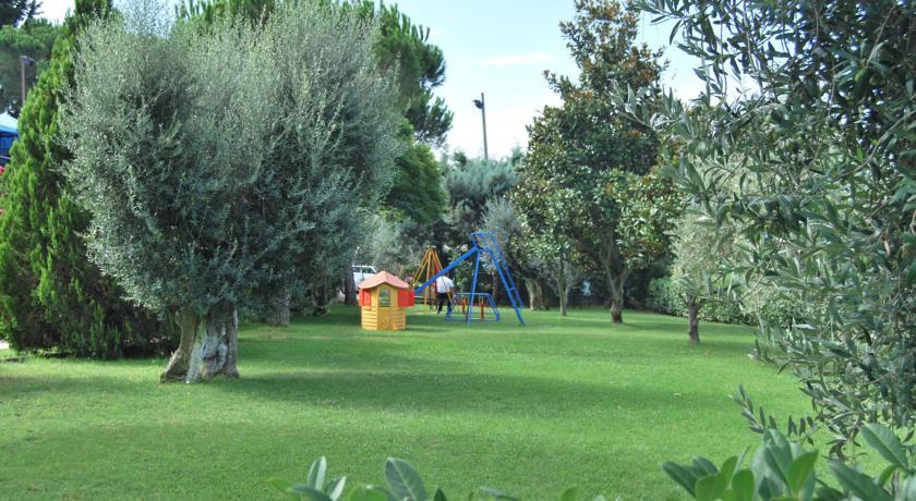 Ampio giardino con area giochi