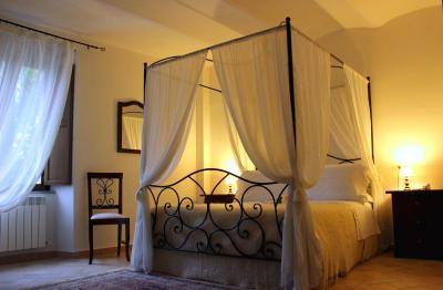 Camera Charme letto in ferro battuto e baldacchino