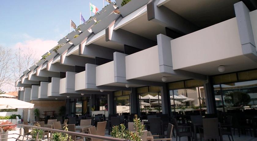 Resort con Piscina e Ristorante in Versilia