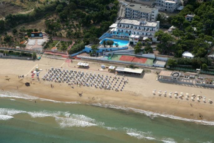 Villaggio con spiaggia privata attrezzata