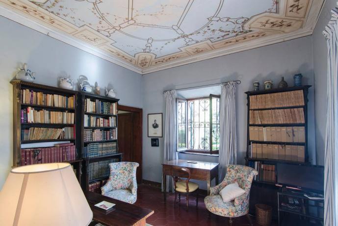 Sala lettura con bibilioteca