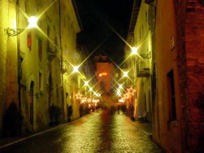 Spoleto di notte, via nel centro storico