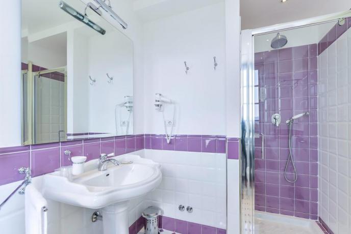 Bagno camera spazioso con box doccia