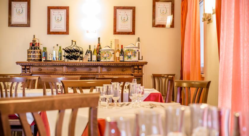 Ampia sala ristorante aperta a pranzo e cena
