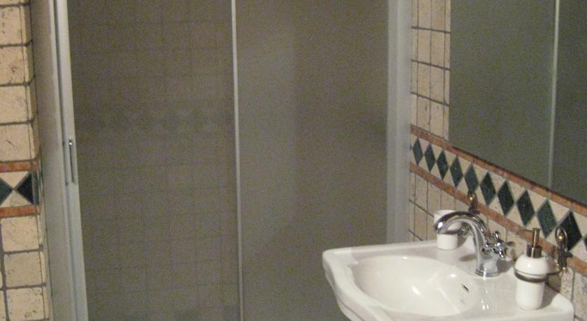 camera con bagno e box doccia