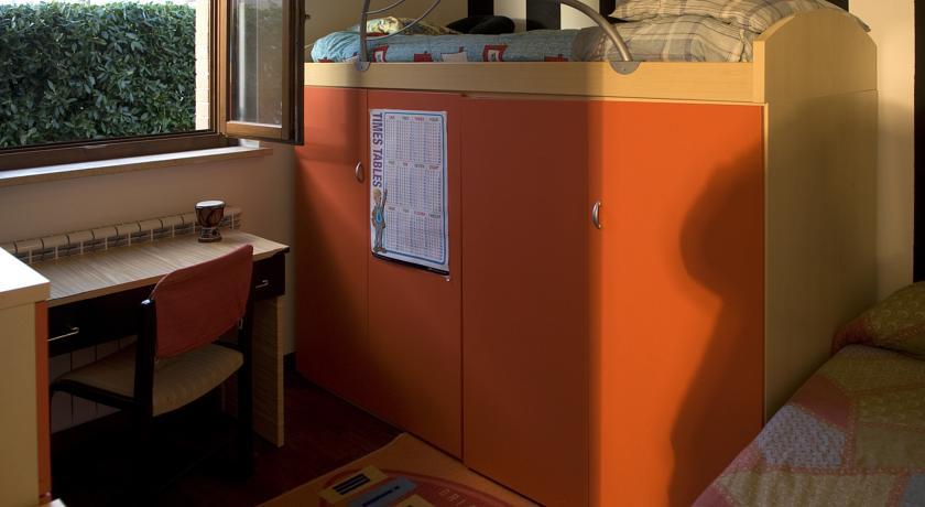 camera con due letti luminosa e colorata