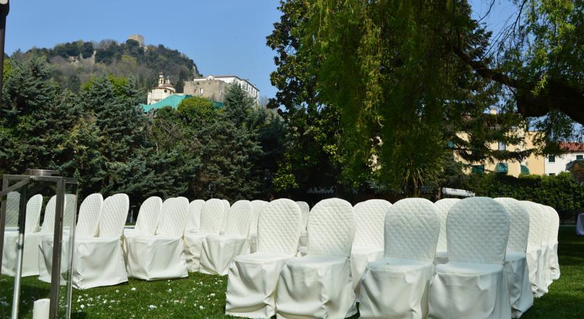 sedie posizionate in giardino per evento Padova