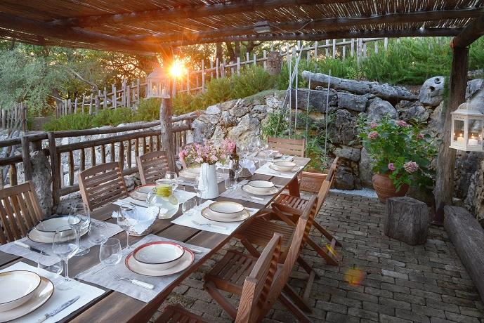 Patio esterno per mangiare insieme villa 14 posti