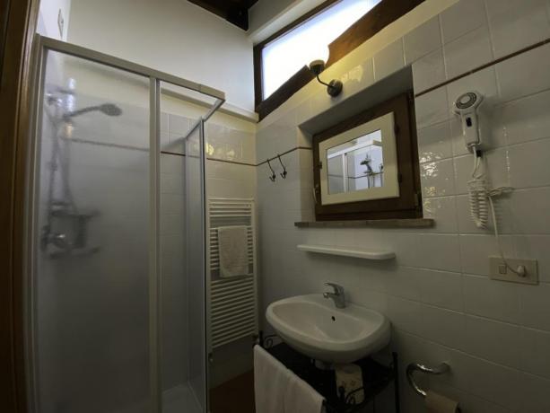 IsolaPolvese- SecondoBagno con doccia Biancheria e phon