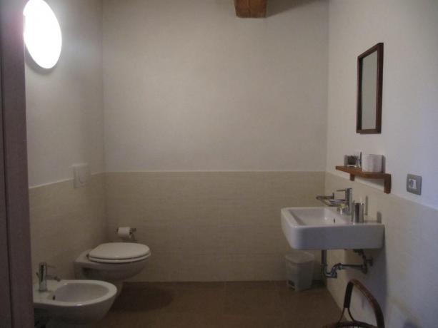 Bagno camera ampio con box doccia