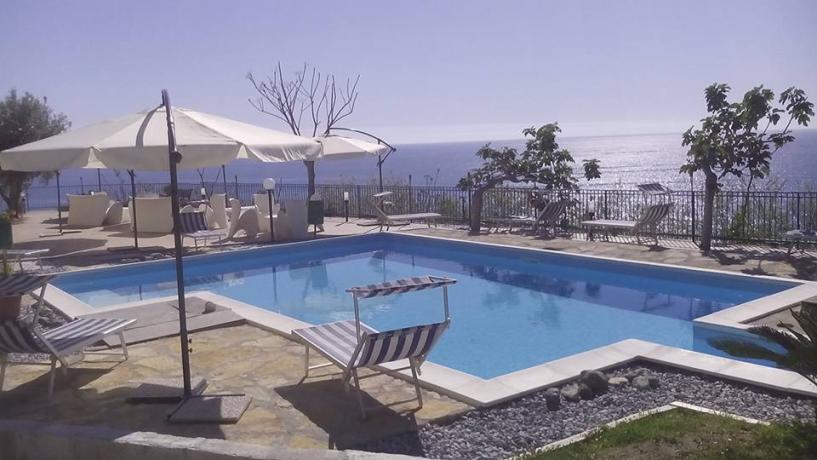 Piscina hotel sul mare della costa Calabra tirrenica