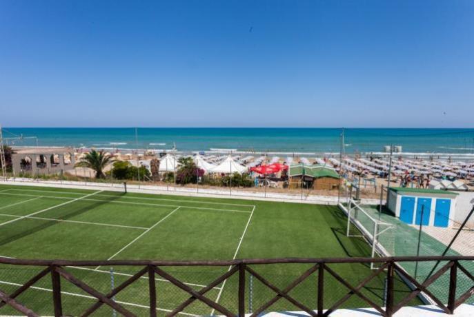 Campetto da calcio-tennis fronte spiaggia
