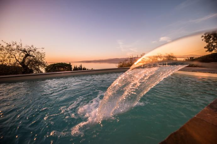 piscina a sfioro con vista sul lago trasimeno