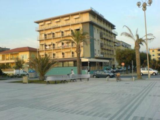 Hotel in centro di Lido-di-Camaiore davanti al mare