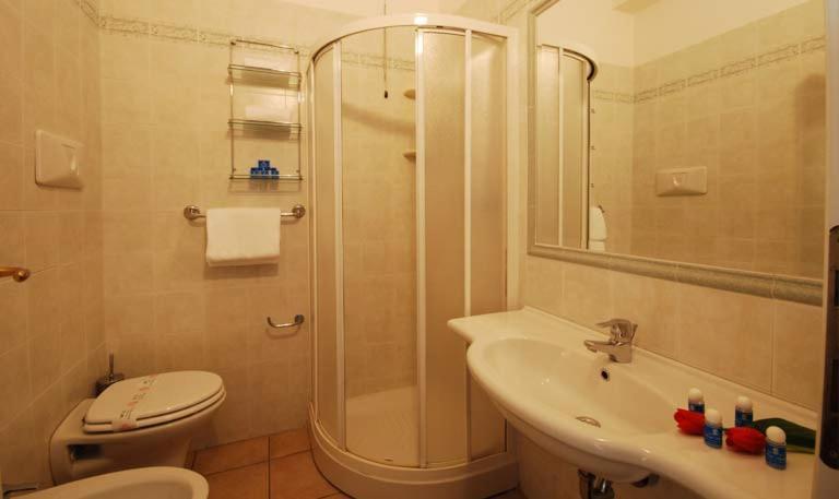 Bagno privato delle camere H. Adriatico Alba Adriatica