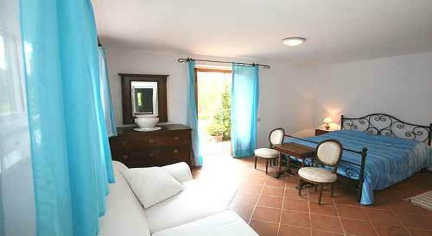 Bellissima camera matrimoniale con divano