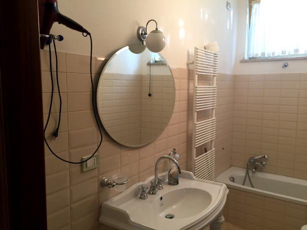 Appartamento Vacanza: Bagno con Vasca e Phon