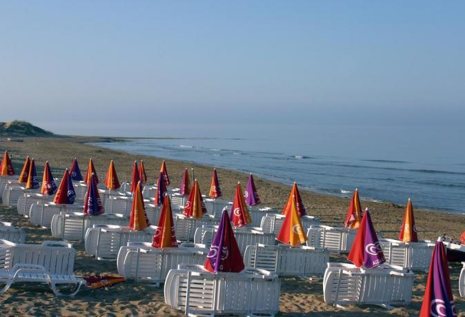 Spiaggia Privata Attrezzata con Lettini ed Ombrelloni