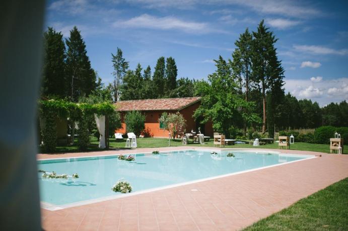 Piscina esterna con sdraio e lettini ad Assisi