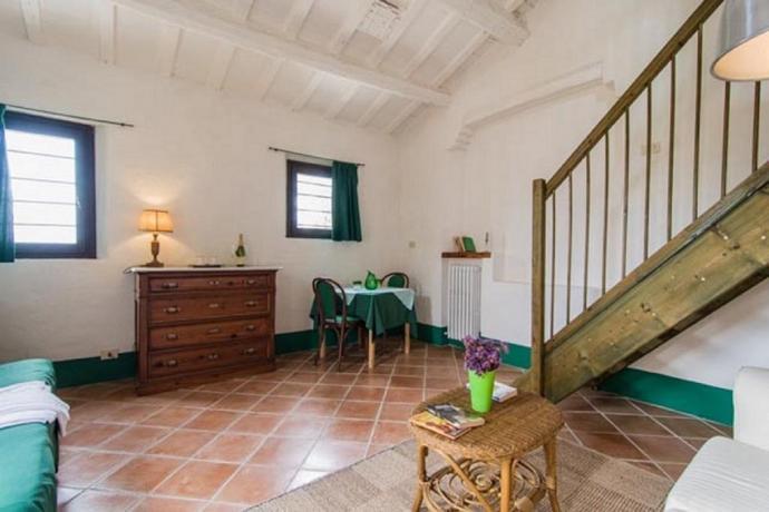 Camera matrimoniale con finestre sul giardino a Jesi