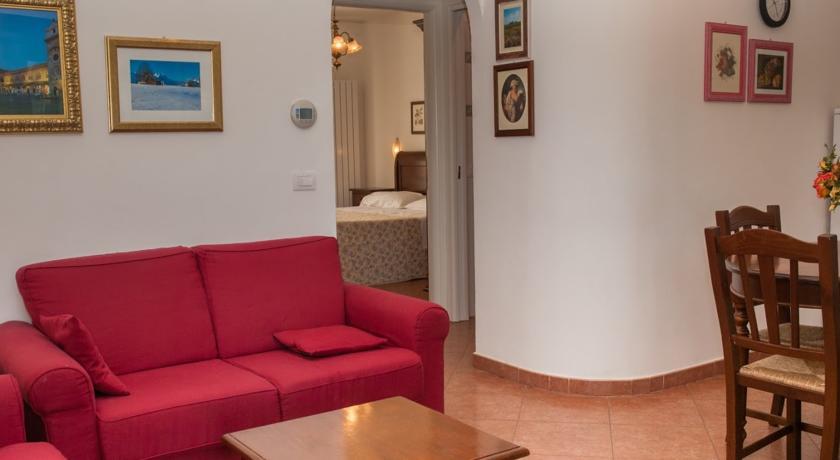 appartamento camera matrimoniale con salone con divano